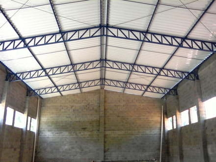 Foto de uma cobertura onde foram instalada telhas sanduíche termo acústicas.