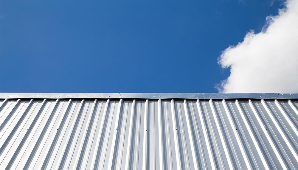 Foto de um fechamento com telhas de aço termo acústicas